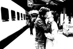 A-couple-kiss-at-the-train-station