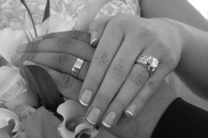 wedding-rings-on-black-handswedding-rings-and-hands-black-4iwwiixr